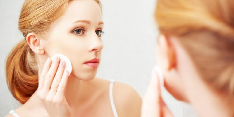 Zu dicke Schicht Make-Up reduzieren