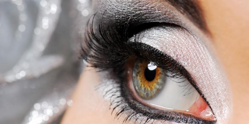 Augen in schwarz und silber geschminkt