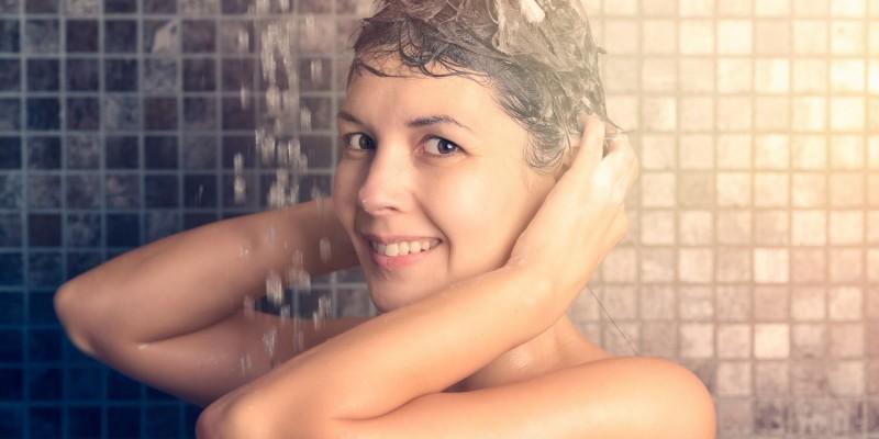 Frau wäscht die Haare