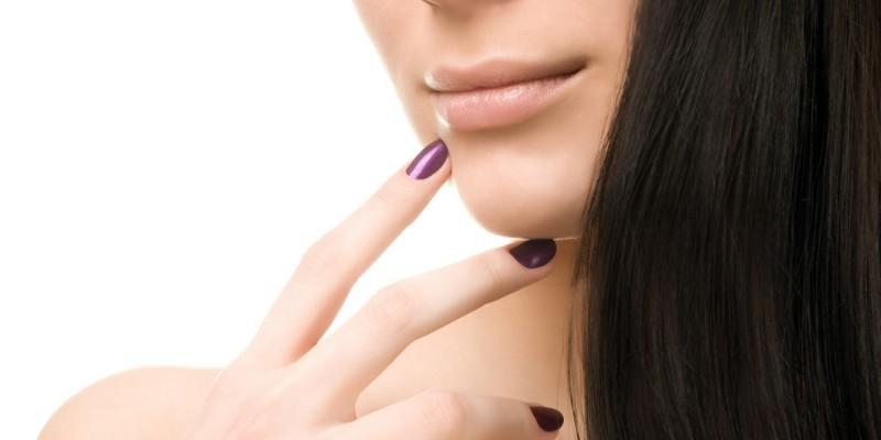 Lila Nagellack schmückt die Finger