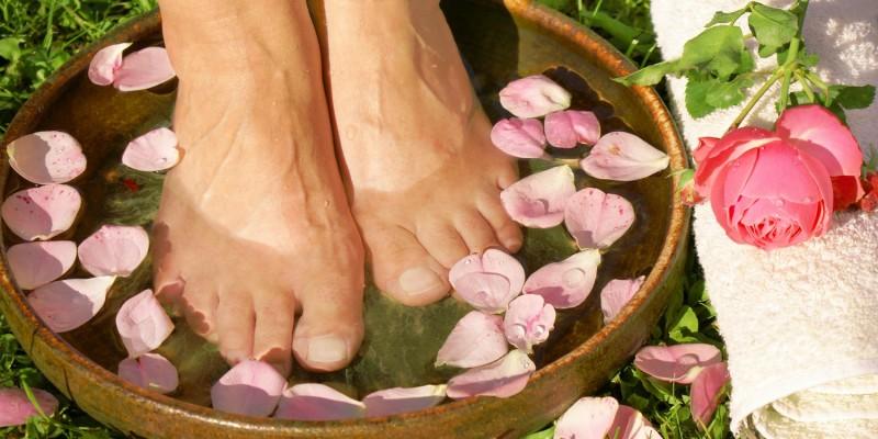 Warmes Fußbad mit Rosenblüten