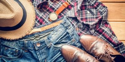 Schmuck und Bekleidungsaccessoires vervollständigen das Outfit