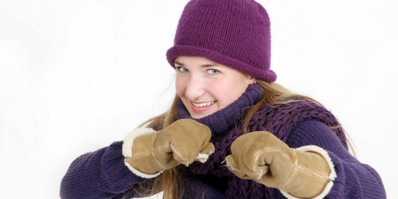 Frau mit Winterbekleidung und Handschuhen