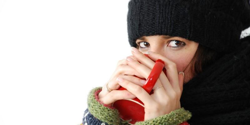Frau trägt Winterklamotten mit Schal