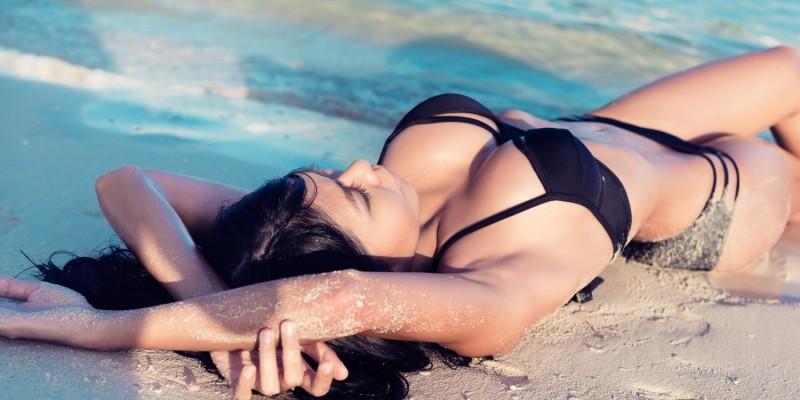 Frau im schwarzen Bikini