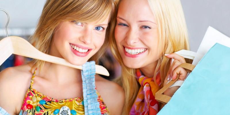 Zwei Frauen beim Kleidershopping