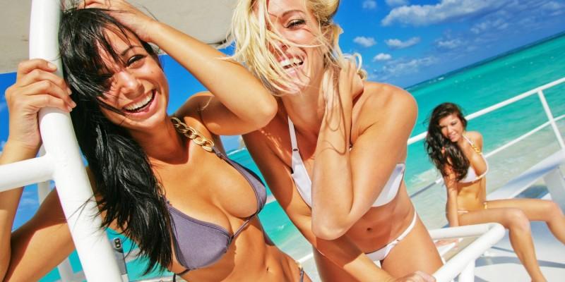 Frauen in modischem Bikini
